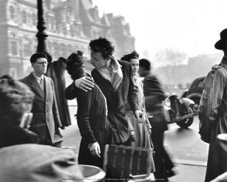 D0043V~Le-Baiser-de-l-Hotel-de-Ville-Paris-1950-Posters