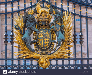 Royal-crest-on-the-gate-at-buckingham-palace