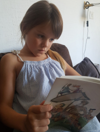 Maeli (Valerie) reading_a_book (2)